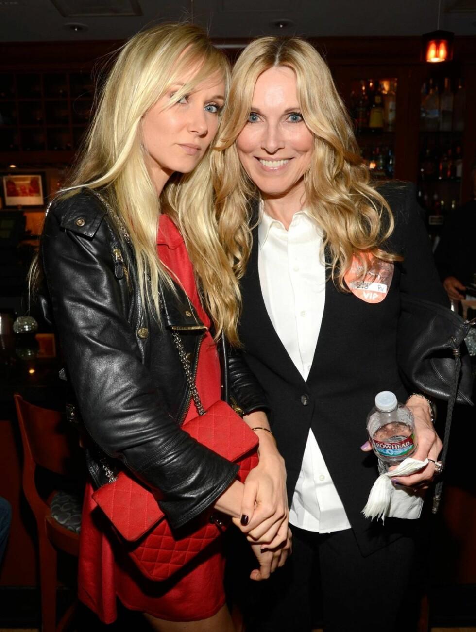 MOR OG DATTER: Kimberly Stewart og moren Alana Stewart koste seg backstage etter konserten.  Foto: All Over Press