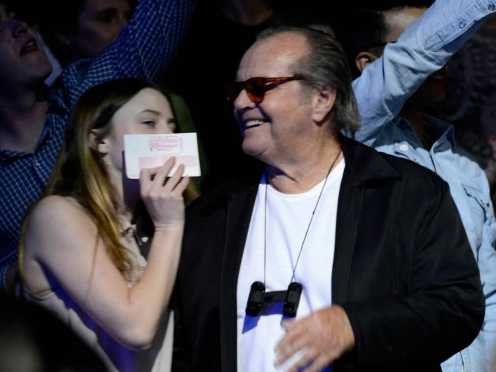 KIKKERT: Jack Nicholson hadde tatt med seg datteren Lorraine Nicholson for å se - og høre - Rolling Stones, og hadde tatt med seg kikkert for optimal konsertopplevelse. Foto: All Over Press