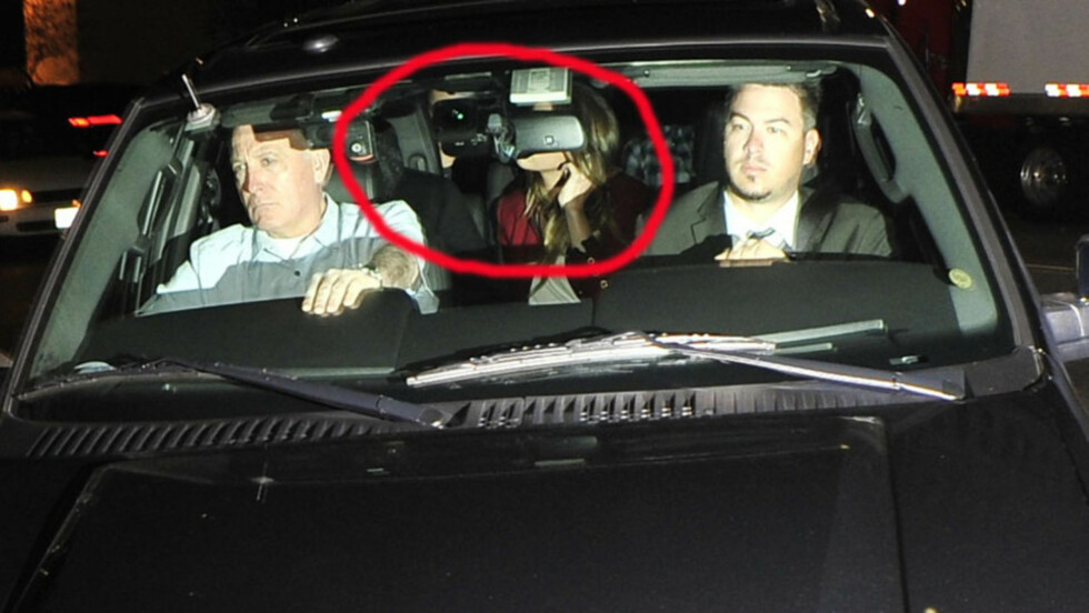 KOM SAMMEN: Johnny Depp (bak t.v) og Amber Heard (midten) gjorde nok sitt beste for å få litt privatliv da de ankom den eksklusive Rolling Stones-konserten på nattklubben Echoplex i Los Angeles lørdag kveld. Paret holdt hender og virket uatskillelige  Foto: All Over Press