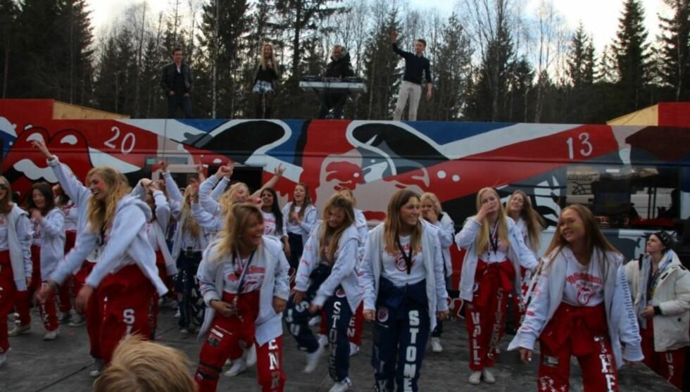 STEMNING: Linni sang låta live da russebussen Rolling Stone rullet nylig. Foto: Privat