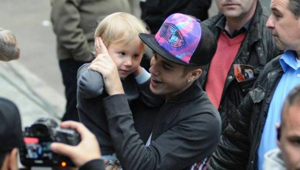 TRØSTET LILLEBROREN: Justin Bieber passet godt på lillebroren Jaxon da de to dukket opp sammen i Madrid torsdag. Foto: All Over Press