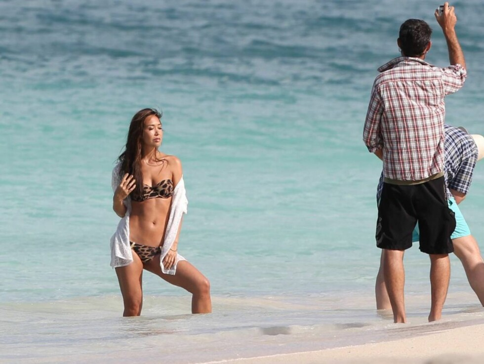 LANGE DAGER: Det ble mange timer i vannkanten for Myleene under den eksotiske fotoshooten. Foto: All Over Press