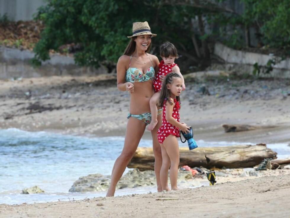 TOK MED BARNA: Innimellom jobbingen, koste Myleene  seg på stranden med barna Ava og Hero. Foto: All Over Press