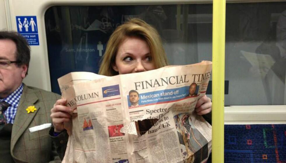 TITT TEI: Skeptisk gjemte Halliwell seg bak en avis, mens en venn fotograferte henne. Foto: Stella Pictures