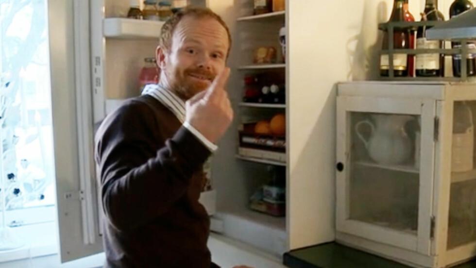 PÅ SKATTEJAKT: Ravi leter etter skjulte verdigjenstander i vanlige nordmenns hjem i det nye TV3-programmet «Skjulte skatter». Foto: TV3