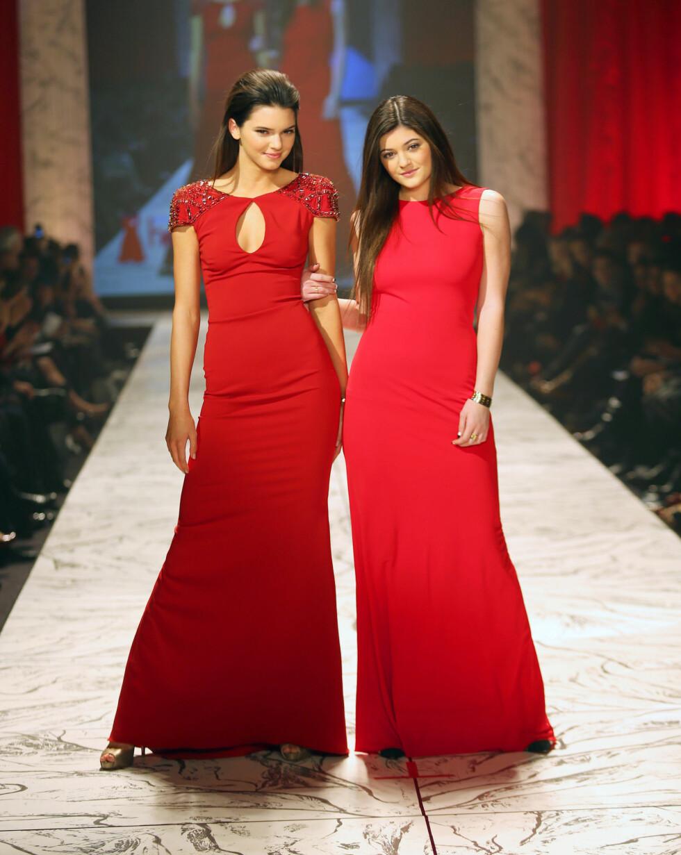 SØTE SØSTRE: Kendall (t.v) og Kylie Jenner var iført kjoler fra Badgley Mischka under veldedighetsshowet.  Foto: All Over Press