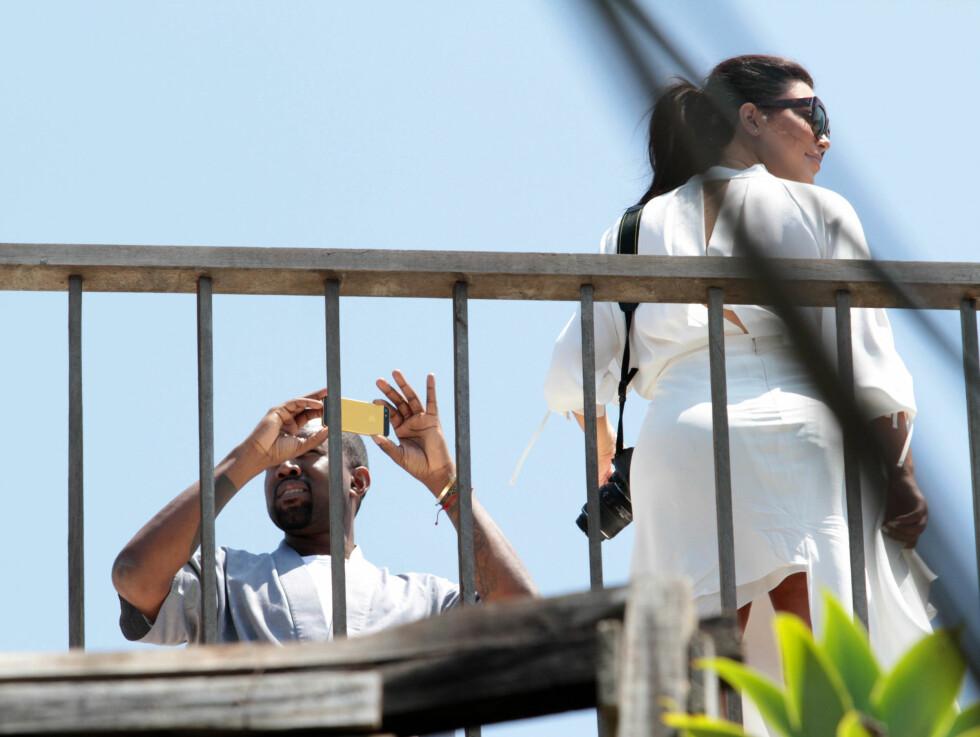 FOREVIGET ØYEBLIKKET: Som alle andre er Kim og Kanye opptatt av å forevige ferier. Her er de i favelaen Vidigal. Foto: Stella Pictures