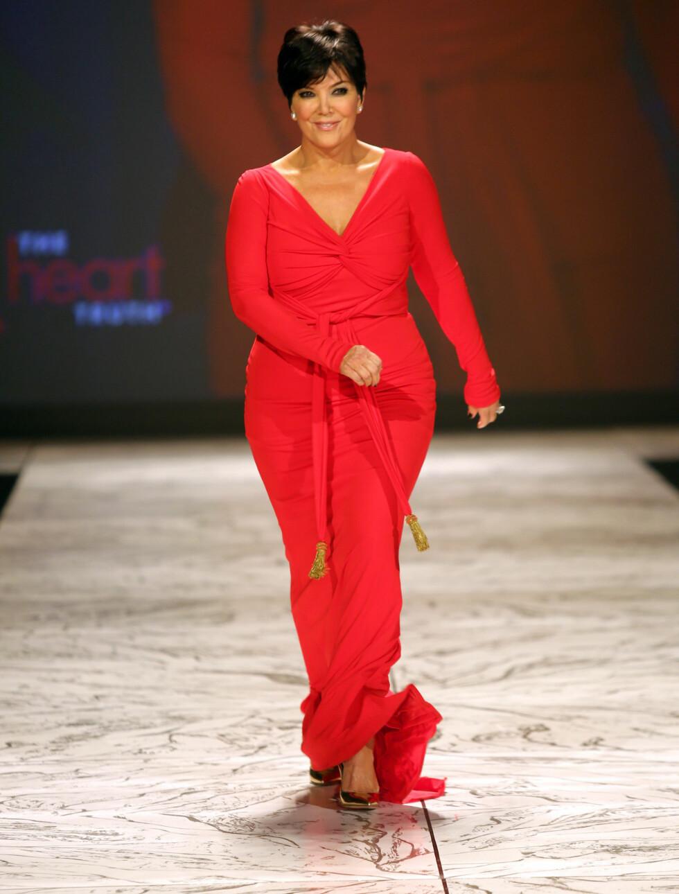 MAMMA OGSÅ: Kris Jenner, mest kjent som moren til Kim Kardashian, viste frem formene i en kjole fra Badgley Mischka. Foto: All Over Press
