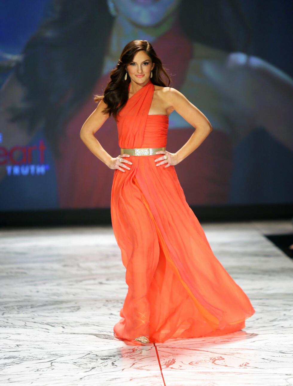 VAKKER: Skuespiller Minka Kelly deltok på motevisningen i fjor også. I år var hun iført en greskinspirert kjole fra kjendisfavoritt Oscar de la Renta.  Foto: All Over Press