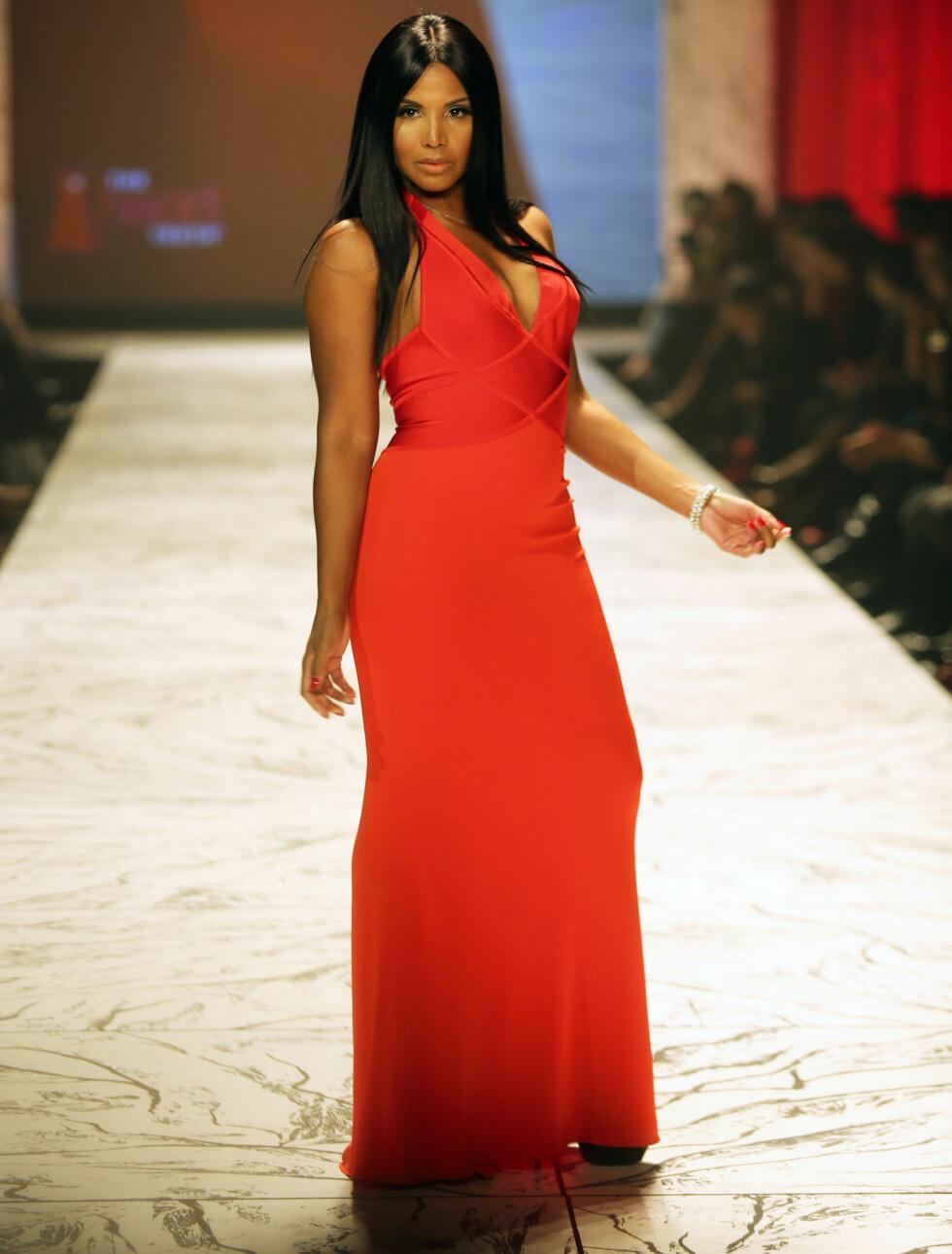FORMFULL: Toni Braxton var flott i en kjole fra Herve L. Leroux i en spennende oransjerød farge.  Foto: All Over Press