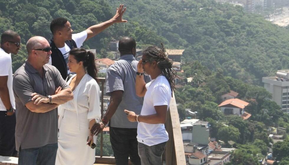TRIO I RIO: Will Smith og Kanye West beskuer utsikten fra favelaen Vidigal. Kim Kardashian i hvit kjole. Foto: All Over Press