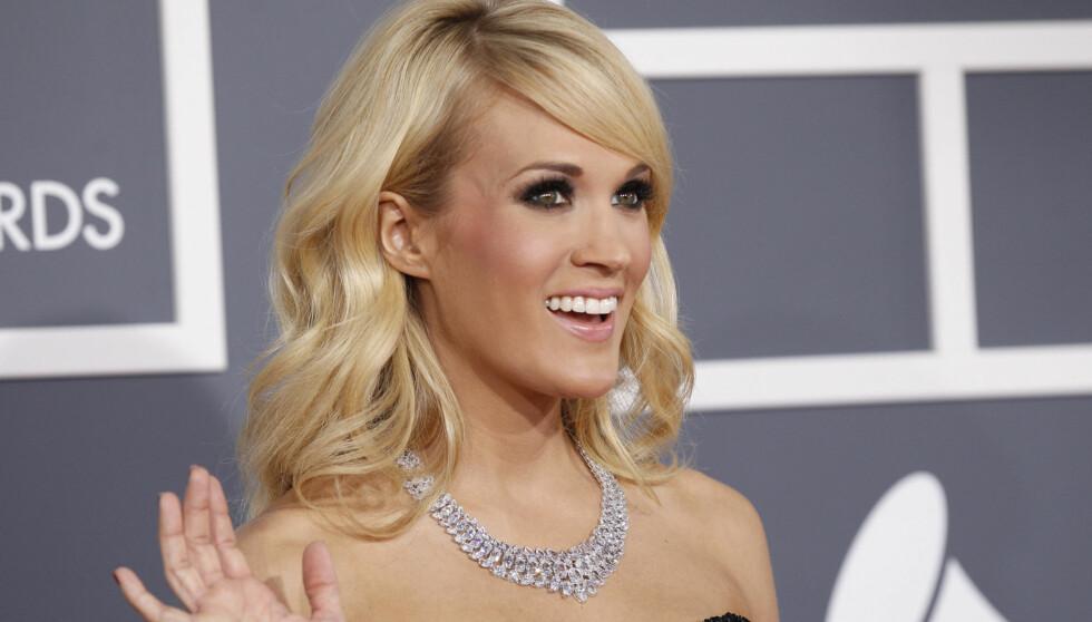 VAKKER: Carrie Underwood glitret om kapp med sitt svindyre smykke da hun smilende stilte opp for fotografene under Grammy Awards. Foto: NTB Scanpix