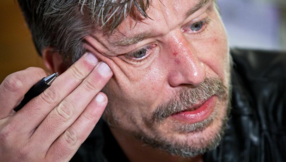 BRØT SAMMEN PÅ TV: Karl Ove Kanusgård viser ifølge Dagbladet  sterke følelser i en ny svensk TV-dokumentar. Her er han under en boksignering i Oslo i mars. Foto: Stella Pictures