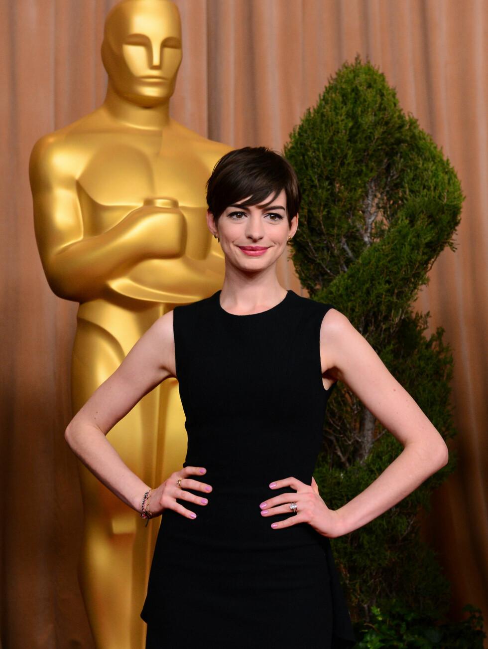 BORT MED LOKKENE: I fjor klippet Anne Hathaway seg da hun fikk hovedrollen i musikalen Les Miserables, og har beholdt den korte frisyren. Foto: UPI