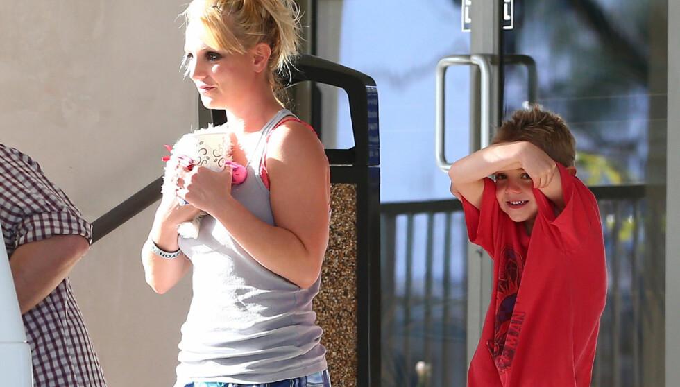 TUNGT SMINKET: Det så mer ut som om Britney Spears var på vei hjem etter en fuktig natt på byen, enn på en familietur med barna. Foto: FameFlynet Sweden