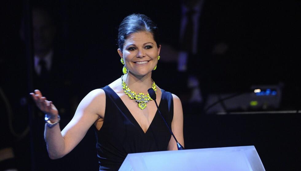 TRENDY: Kronprinsesse Victoria strålte på den svenske homogallaen i kjole fra Issa og signalgule smykker fra Shourouk Foto: All Over Press