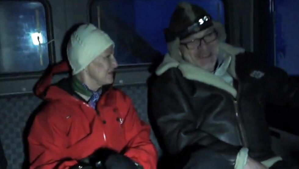GODT KLEDD: Dronning Sonja var godt kledd, da hun steg inn i beltebilen og kjørte til Nordlysobservatoriet. Foto: Kongehuset.no