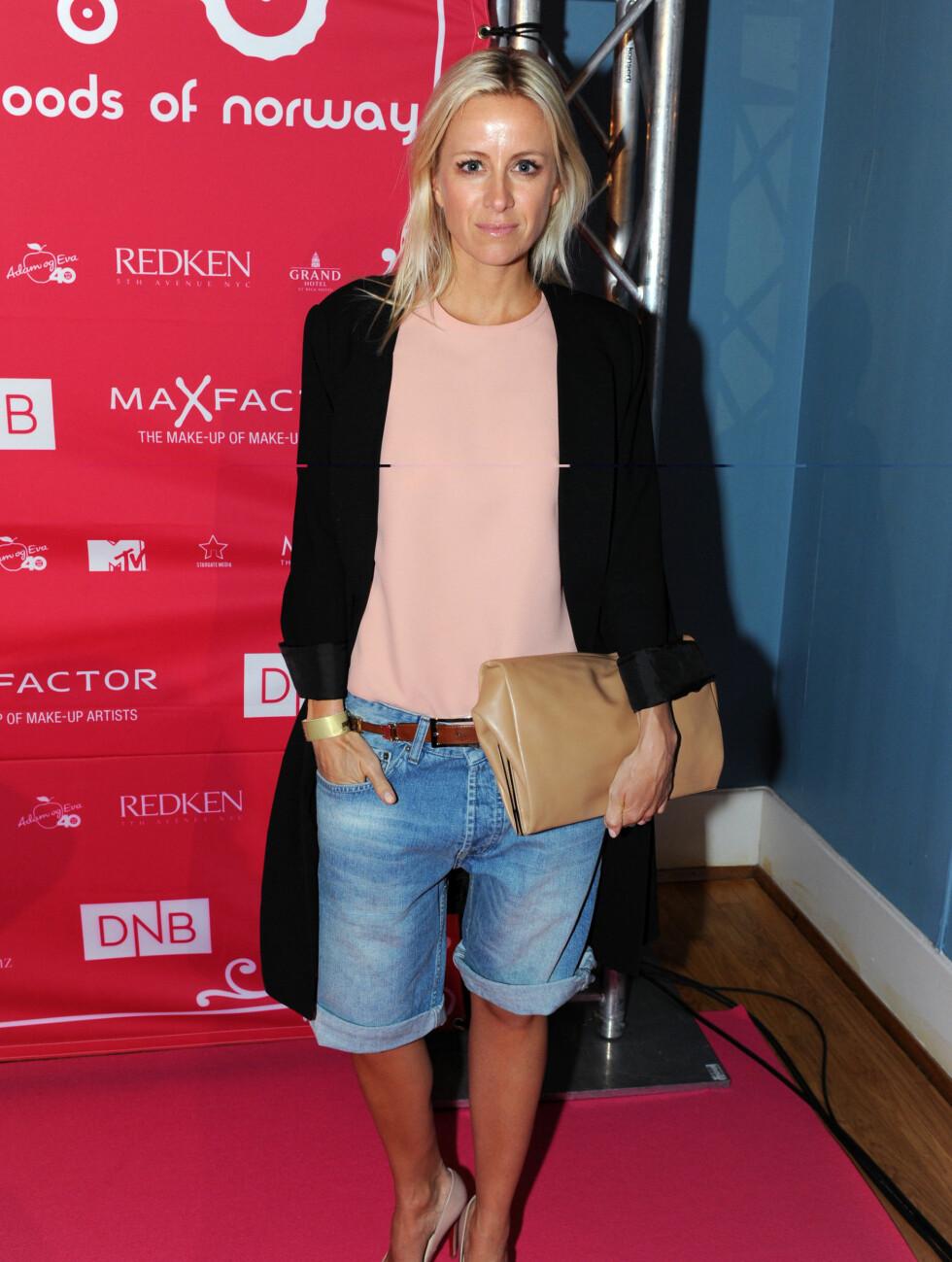 I HERREKLÆR: Moteredaktør Celina Aagaard låner gjerne kjærestens klær på fest og kom til Moods-visningen i jeansshorts og lang sort jakke.  Foto: Stella Pictures