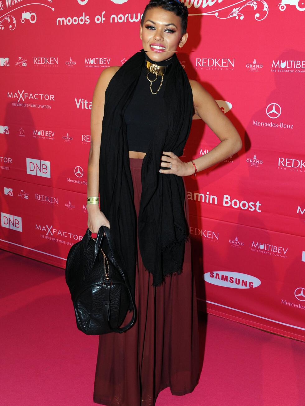 SKRYT: Alexandra Joner hylles ofte for sin kule moderne stil. Hun kom i fotside vinrøde bukser og sort magetopp.  Foto: Stella Pictures