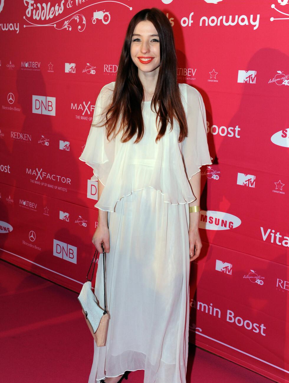 I NORSK DESIGN: Linnea Dale liker ikke å shoppe, men mandag kveld kom hun i en flott, lang hvit kjole.  Foto: FAME FLYNET