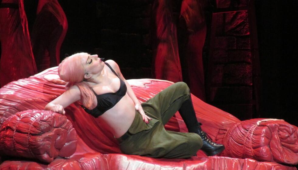 I TRØBBEL: Lady Gaga blir beskyldt for å tvinge sin tidligere assistent til å sove i samme seng som seg selv mens de var på turnè. Nå saksøkes superstjernen for over 2 millioner kroner. Foto: All Over Press