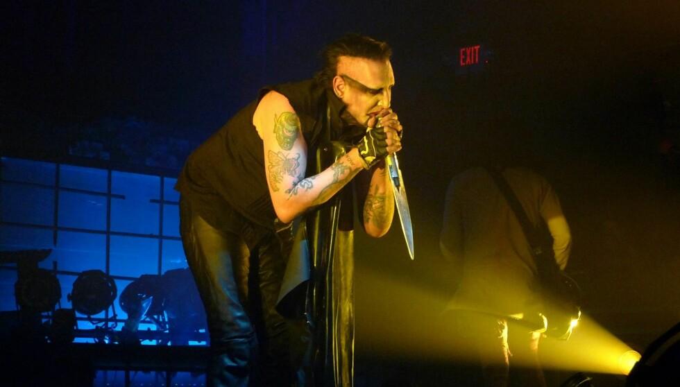 KOLLAPSET: Marilyn Manson ga alt da han holdt konsert i Canada onsdag. Men anstrengelsen ble for mye for den influensasyke stjernen, som endte opp med å kaste opp og besvime på scenen. Her avbildet undre en konsert i Columbus i januar. Foto: All Over Press