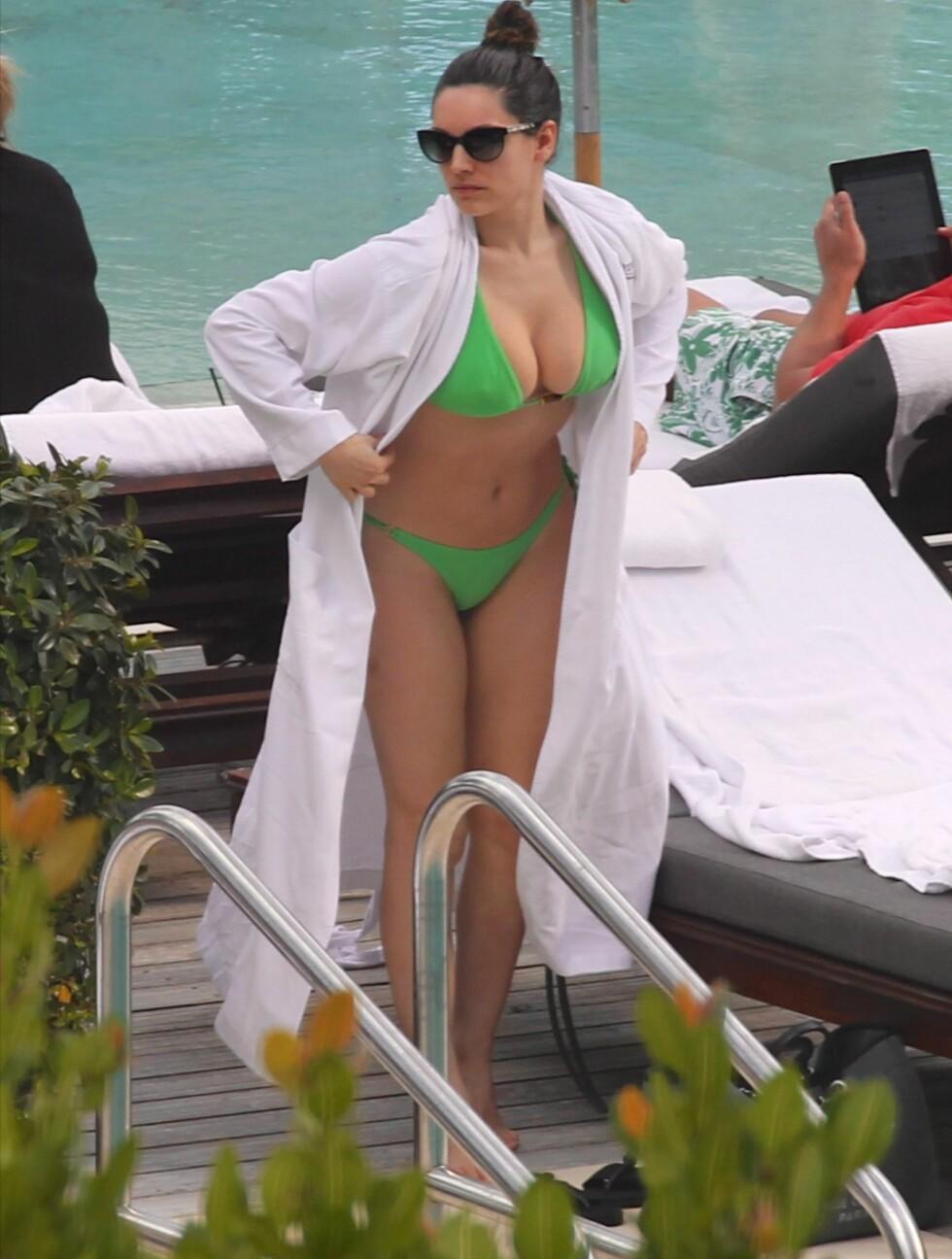 SEXY: Kelly Brook viste frem en flott kropp - men et mutt fjes - ved bassenget på Setai Hotel i Miami Beach fredag.  Foto: All Over Press