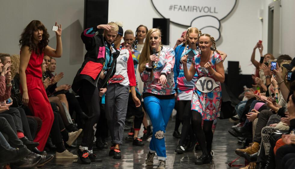 FAN: Maria Mena var helt med da svigerinnen Line LaToya gjorde sin debutopptreden under Fam Irvolls visning under Oslo Fashion Week. Til høyre i bildet danser kona til Hans-Erik Dyvik Husby (40), Gro Skaustein Dyvik Husby (32), og bakerst går Charlotte  Foto: Stella Pictures