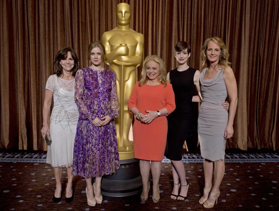 PÅ OSCAR-LUNSJ: Sally Field, Amy Adams, Jacki Weaver, Anne Hathaway og Helen Hunt.  Foto: Stella Pictures