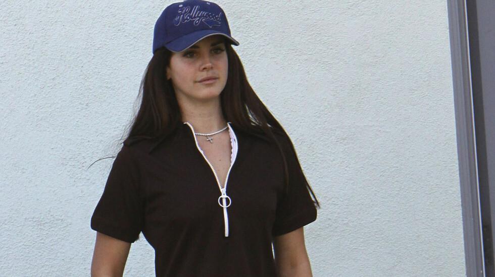 SMINKEFRI: Lana Del Rey brydde seg ikke om hvem som så henne uten sminke på vei til musikkstudio i Los Angeles.  Foto: FameFlynet
