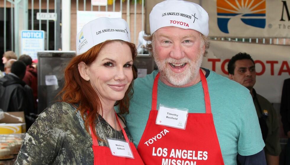 FORLOVET: Skuespiller Timothy Busfield blir Gilberts tredje ektemann. Her var paret til stede ved et veldedighetsarrangement for hjemløse i Los Angeles på julaften. Foto: All Over Press