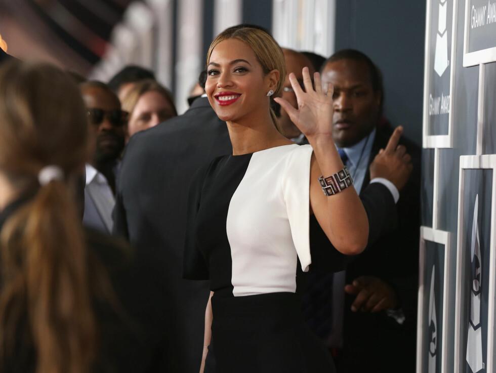SMILTE FRA ØRE TIL ØRE: Beyoncé Knowles var i toppform da hun ankom Grammyfesten. Foto: All Over Press