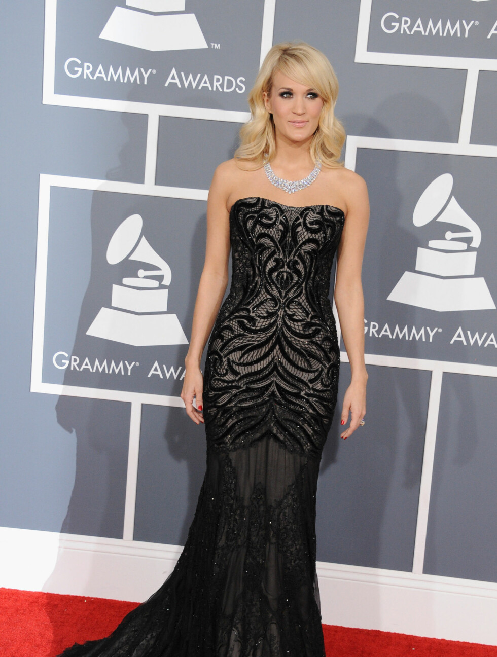 I SIVIL: Slik så Carrie Underwood ut, da hun ankom Grammy-festen. Foto: All Over Press