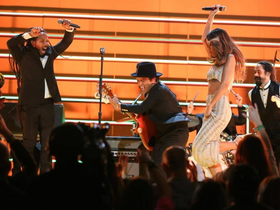 PÅ SCENEN: Artistene Ziggy Marley, Bruno Mars, Rihanna og Damian Marley sang sammen under Grammy-festen. Foto: All Over Press