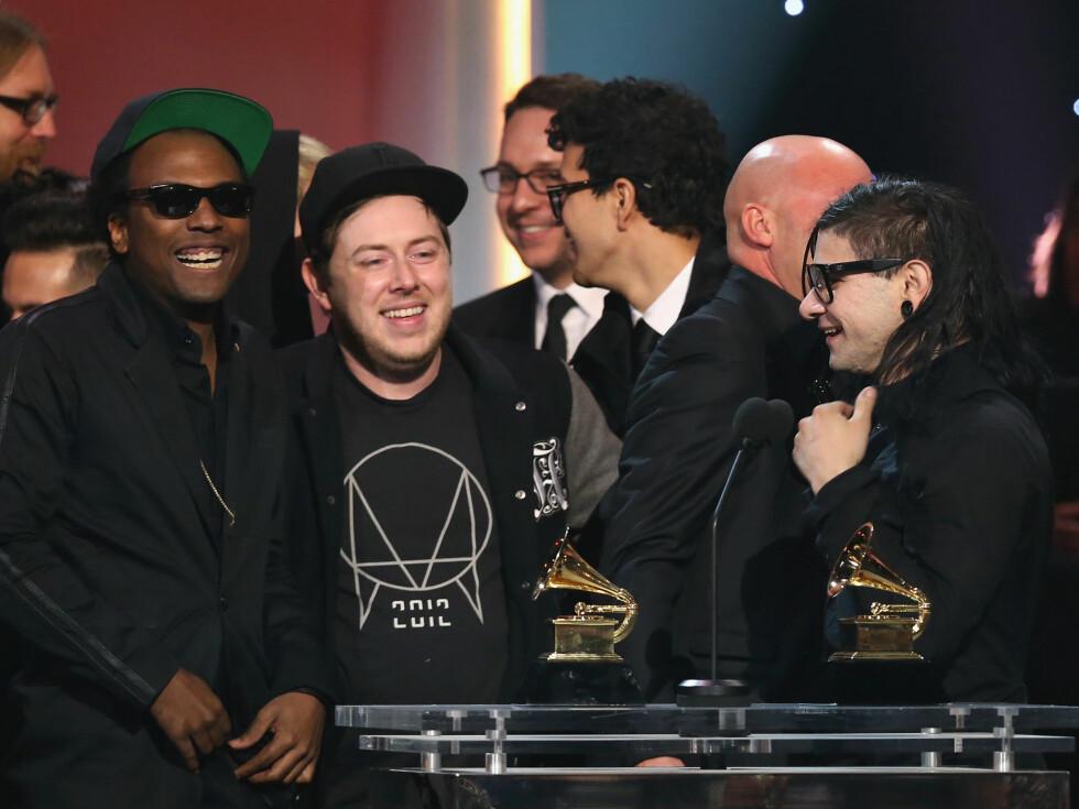 SMILTE BREDT: Artisten Skrillex hadde med seg hele vennegjengen opp på scenen. Foto: All Over Press
