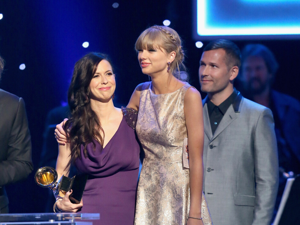 GODE KOLLEGER: Artistene Joy Williams og Taylor Swift smilte sammen på scenen.  Foto: All Over Press