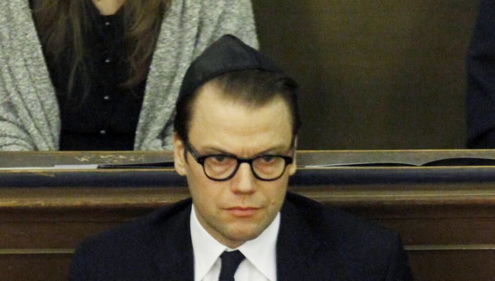 MED KALOTT: Prins Daniel hadde på seg en sort kippa da han gjestet en synagoge søndag. Foto: All Over Press