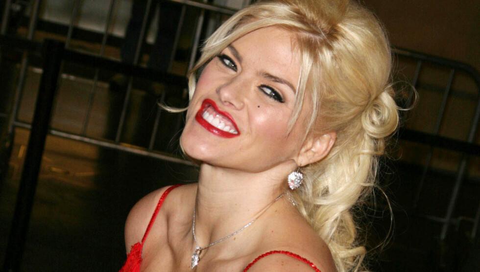 TRAGISK DØD: Den berømte Playboy-modellen Anna Nicole Smith døde av en overdose i februar 2007. Da var datteren Dannielynn bare fem måneder gammel.  Foto: All Over Press