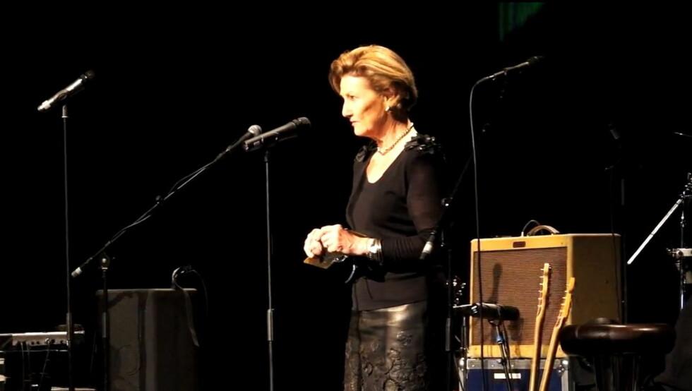 ROCKA: Dronning Sonja åpnet PolarJazz 2013 i sort skinnskjørt! Foto: video you tube, kongehuset