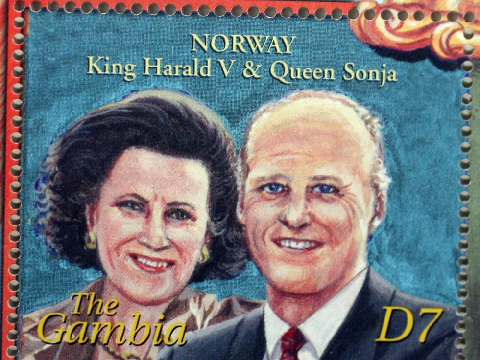 UGJENKJENNELIGE: Kong Harld og dronning Sonja er knapt til å kjenne igjen, hvis det ikke var for teksten på frimerket som forteller at de er konge og dronning i Norge.