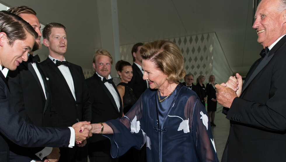 KONGELIG MORO: «Kon-Tiki»-skuespillerne var svært ærbødige da de møtte kongeparet under filmens festpremiere i august. Jakob Oftebro (t.v) følte han ble så på bølgelengde med kong Harald at han hilste ham med et klapp på skulderen.  Foto: FAME FLYNET PICTURES