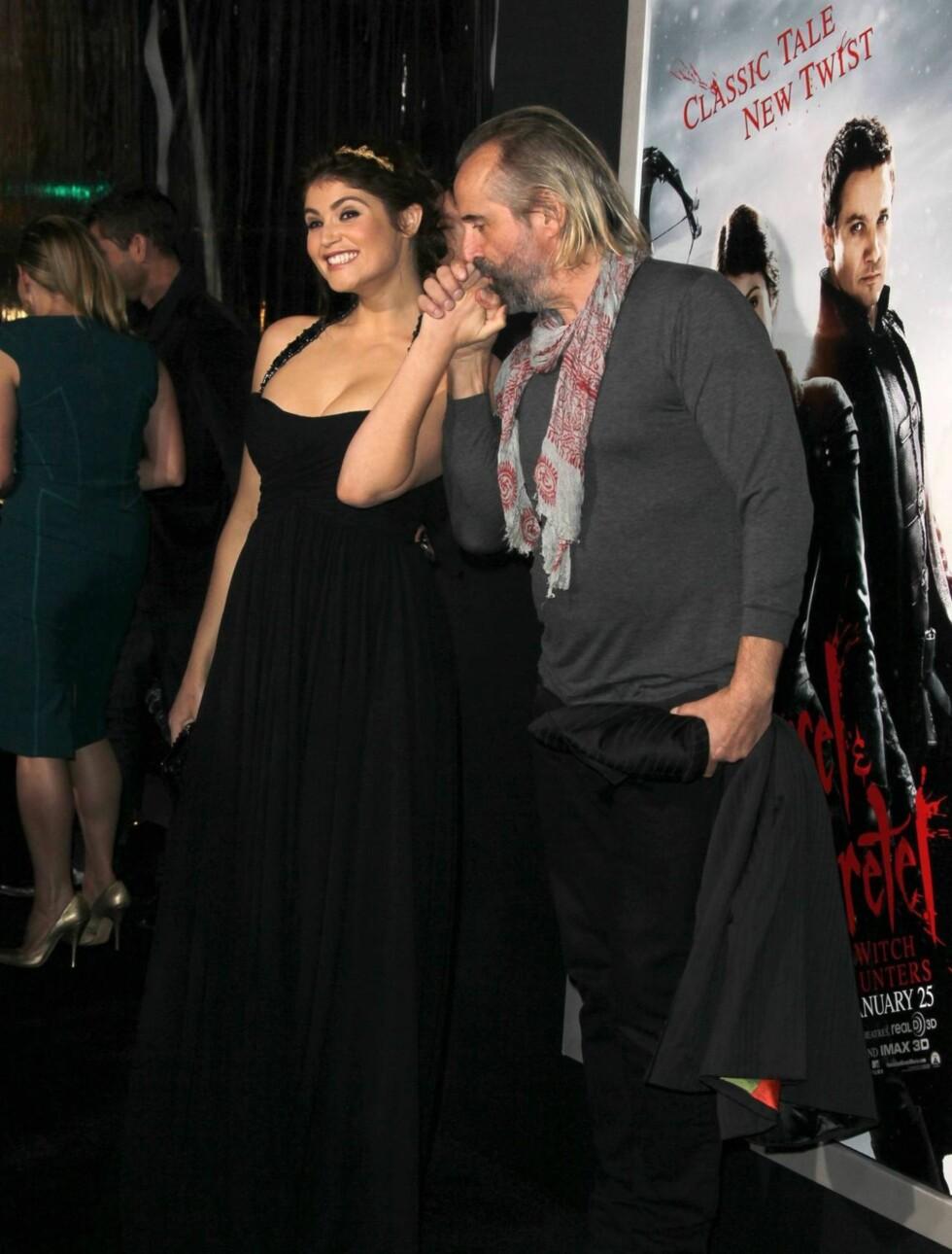 KOSETE: Peter Stormare kysset sin vakre skuespillerkollega både her og der. Foto: All Over Press
