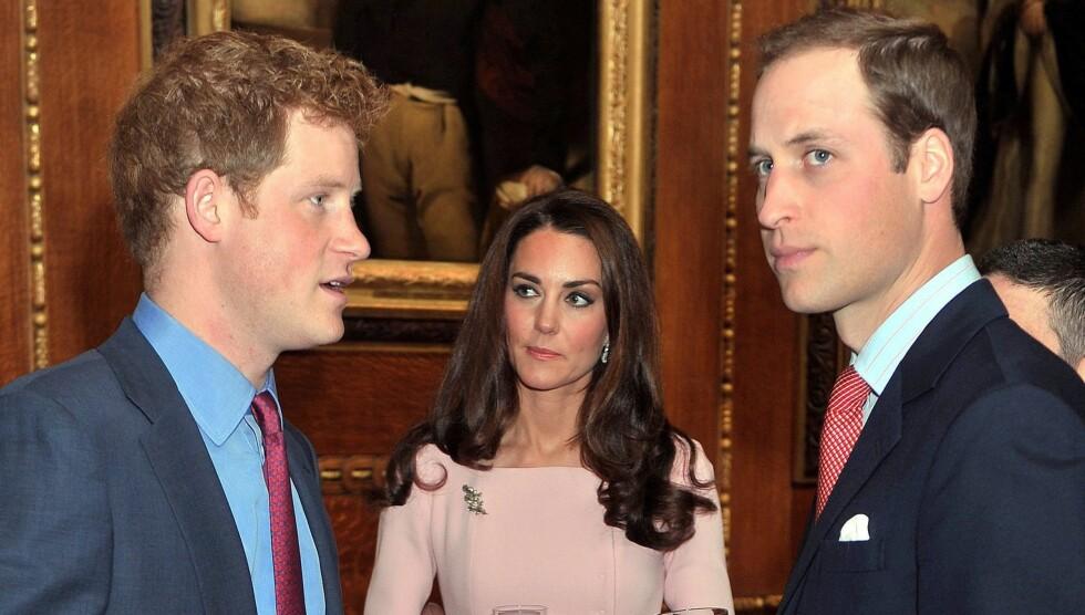 AVSLØRER: Prins Harrys krigsoppdrag i Afghanistan vekker en viss sjalusi hos prins William. Her er brødrene avbildet sammen med Williams kone, hertuginne Kate. Foto: All Over Press