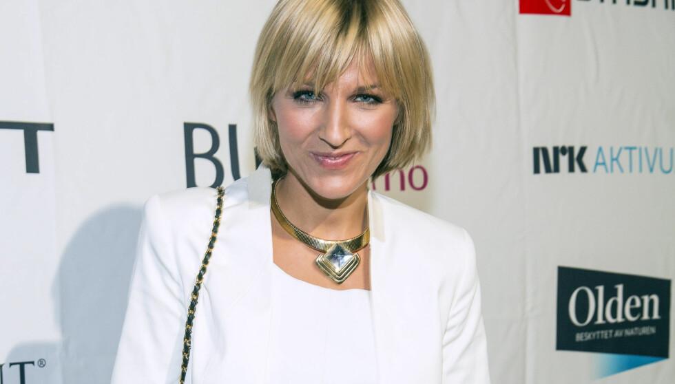 TRENDY: Guri Solberg så flott ut i hvit dress fra DAY Birger et Mikkelsen under Costume Awards 2013. Jan Thomas var enig - og ga programlederen terningkast 6. Foto: Tor Lindseth