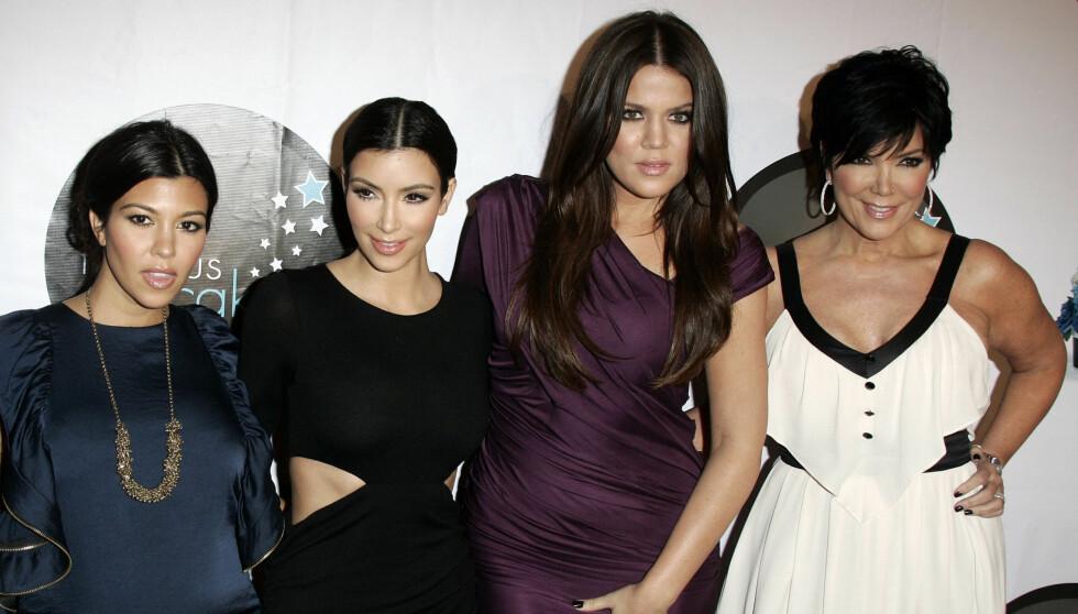 FIRERBANDE: The Kardashians er USAs hotteste reality-familie. Fra venstre: Kourtney, Kim, Khloé og mamma Kris Jenner. Foto: FAME FLYNET