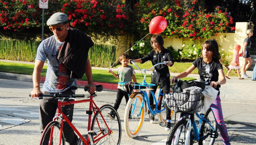 SPORTY PAPPA: Justin Chambers på sykkeltur med tre av fem barn i Los Angeles i 2009.  Foto: Stella Pictures