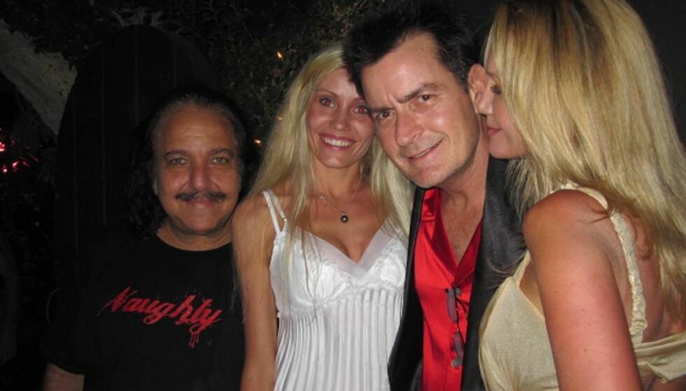 VAR DØDEN NÆR: Ron Jeremy har spilt i over 2000 pornofilmer og menger seg alltid med flotte damer. Her sammen med skjørtejegeren Charlie Sheen og to vakre blondiner. Foto: All Over Press