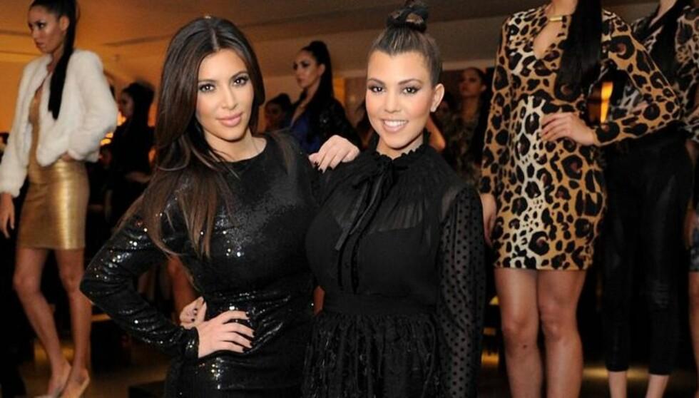 FÅR BRYSTMELK-HJELP: Kim har uttalt at hun bruker søsterens Kourtneys brystmelk som en lotion for å dempe irritasjonen. Uttalelsene faller derimot ikke i god jord hos leger og hudeksperter. Foto: All Over Press