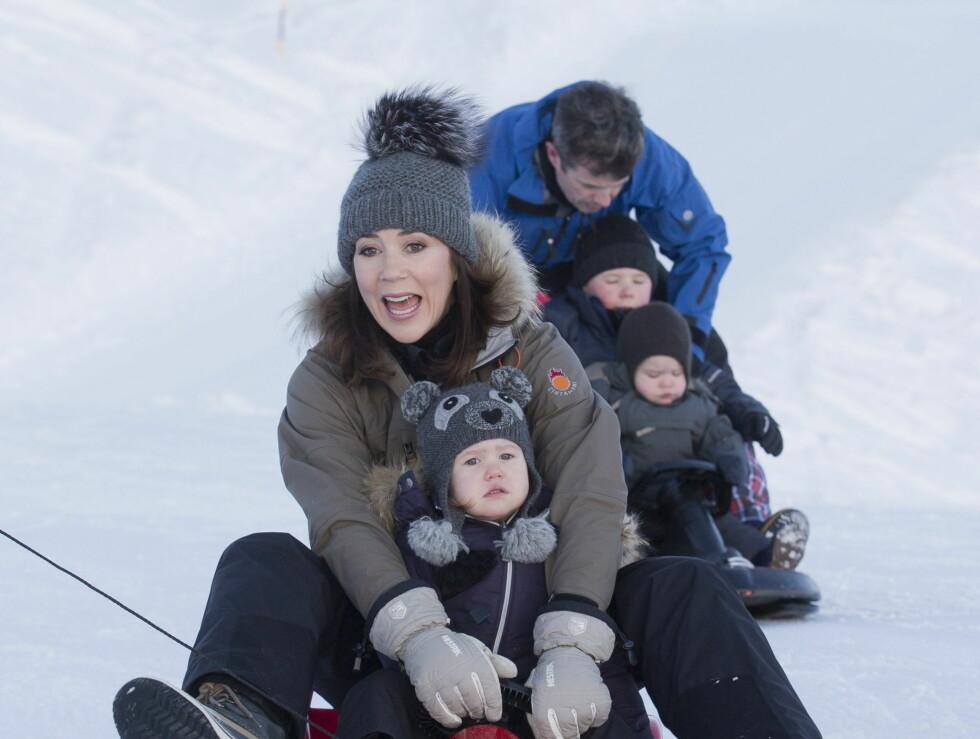 BARNLIG: Mary har fortsatt barnet i seg, og så ut til å trives godt på akebrettet. Foto: UK Press