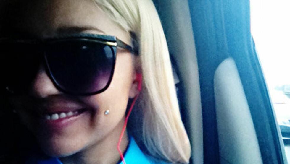 PIERCING: Dette bildet la den tidligere barnestjernen selv ut på profilen sin på nettstedet Tumblr. Hun har piercet sitt venstre kinn og farget håret kritthvitt. Foto: Tumblr